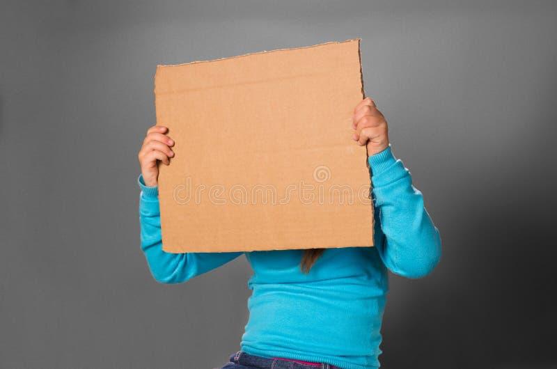 Kleines Mädchen mit unbelegtem Plakat. lizenzfreies stockbild