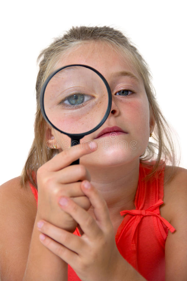 Kleines Mädchen mit Vergrößerungsglas lizenzfreie stockfotografie