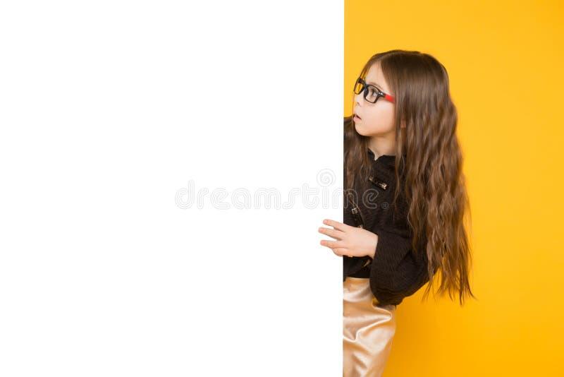 Kleines Mädchen mit weißem Zeichen lizenzfreies stockbild