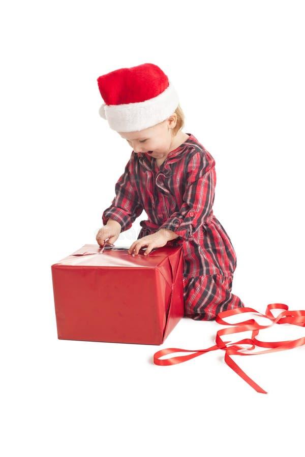 Kleines Mädchen mit Weihnachtsgeschenk lizenzfreie stockfotos