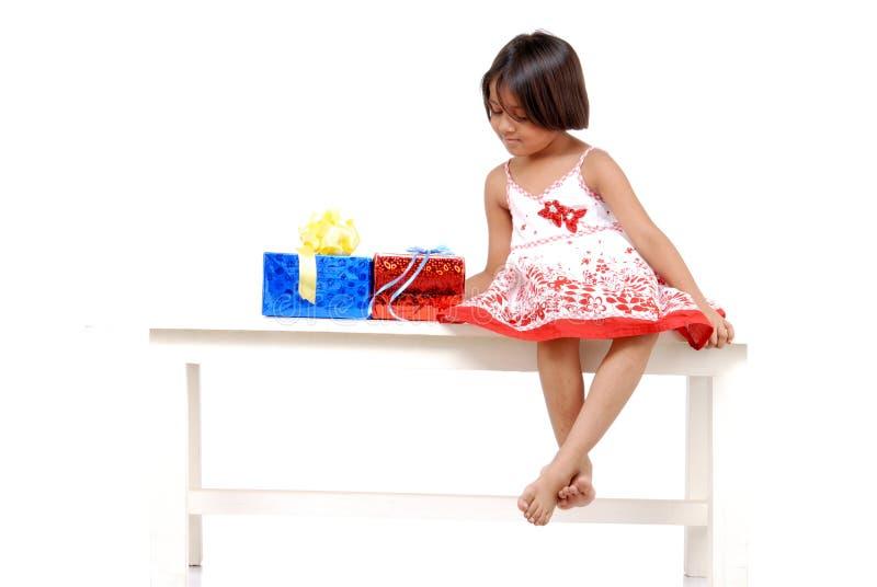 Kleines Mädchen mit Weihnachtsgeschenken lizenzfreies stockfoto