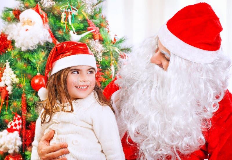 kleines Mädchen mit Weihnachtsmann stockfotografie