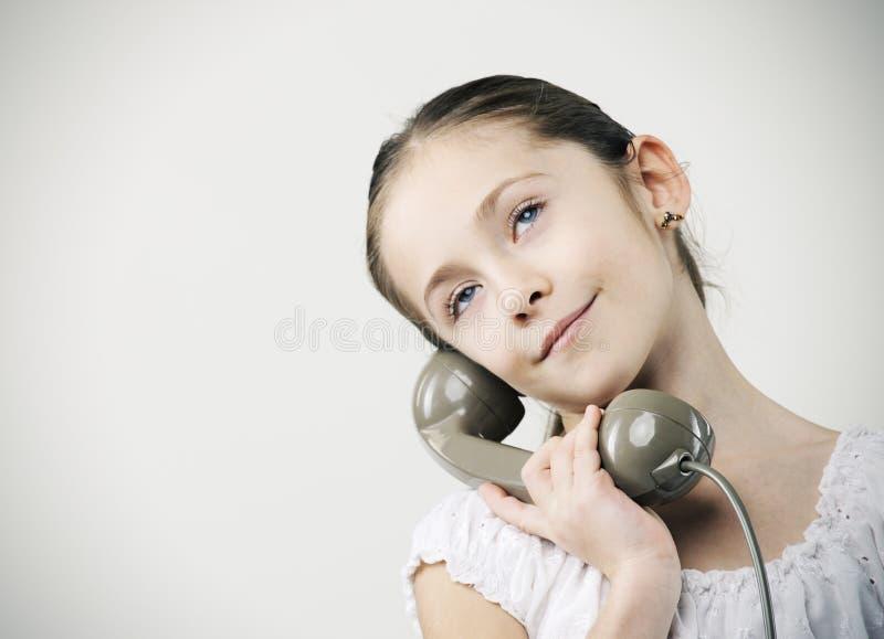 Kleines Mädchen mit Weinlesetelefon stockbild