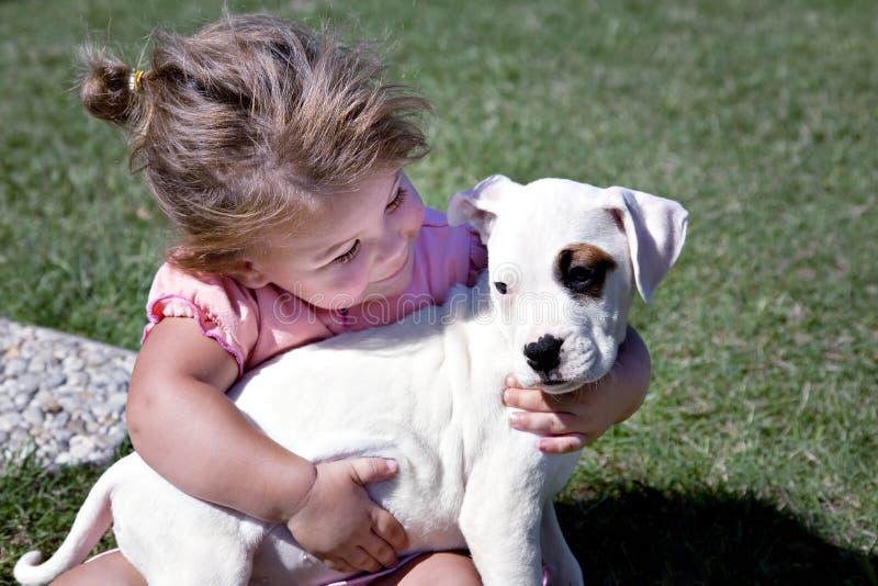 Kleines Mädchen mit Welpen stockfotografie