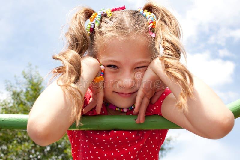 Kleines Mädchen mit Zöpfen lizenzfreies stockbild