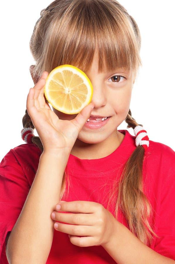 Kleines Mädchen mit Zitrone lizenzfreie stockfotografie