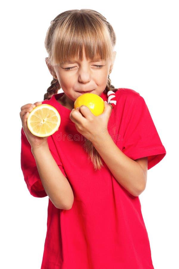 Kleines Mädchen mit Zitrone stockfotografie