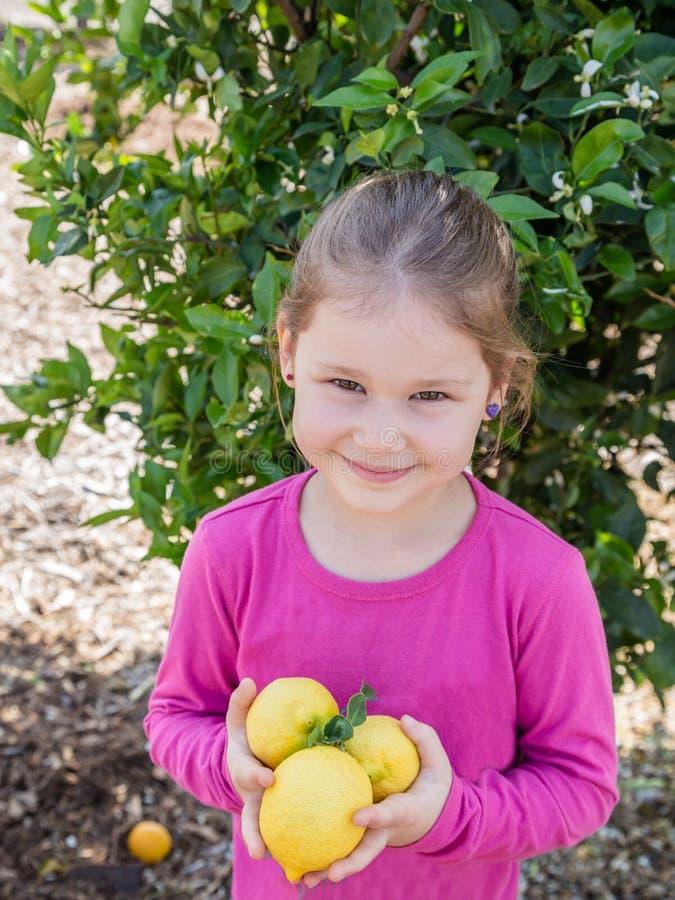 Kleines Mädchen mit Zitrone lizenzfreie stockfotos