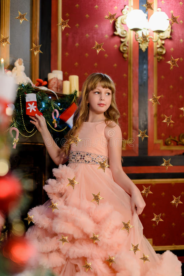 Kleines Mädchen nahe christmass Baum stockbilder