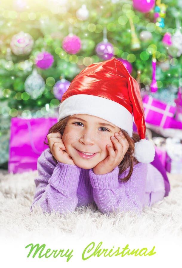 Kleines Mädchen nahe Weihnachtsbaum stockbild