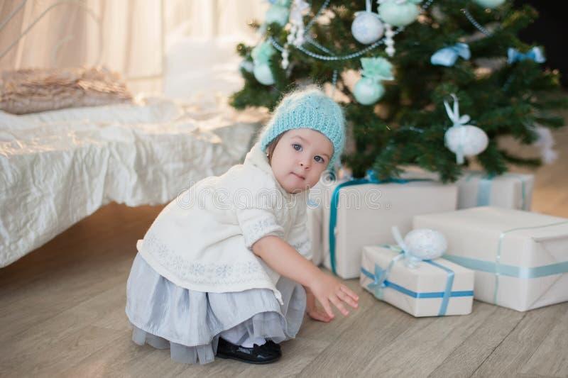 Kleines Mädchen nahe Weihnachtsbaum mit Geschenken freut sich Feiertag, neues Jahr, Dekorationen, Geschenk, Kasten, Feiertag, Leb lizenzfreie stockfotos