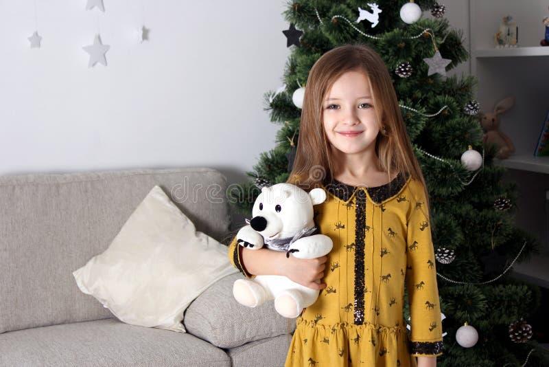 Kleines Mädchen Neujahrsgeschenke lizenzfreies stockfoto