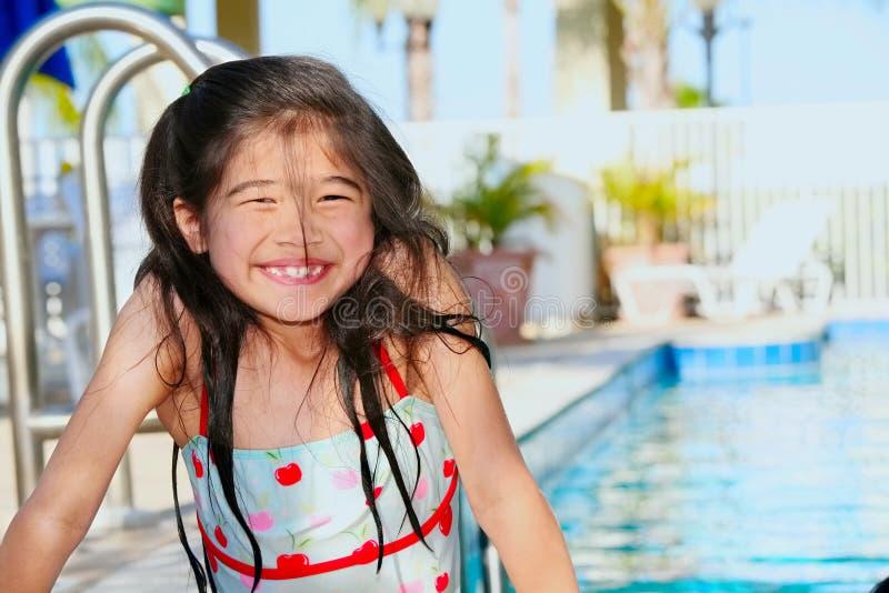 Kleines Mädchen am Pool stockfotografie