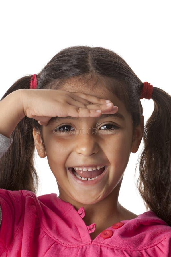 Kleines Mädchen schaut im Abstand stockfoto
