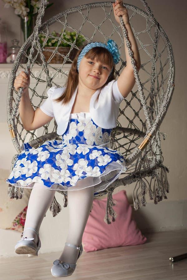 Kleines Mädchen sitzt stockfotos