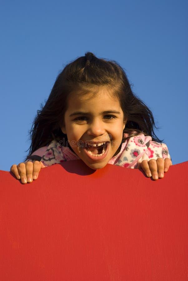 Kleines Mädchen am Spielplatz stockfoto
