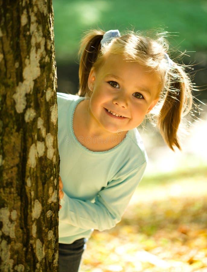 Kleines Mädchen spielt im Herbstpark stockbild