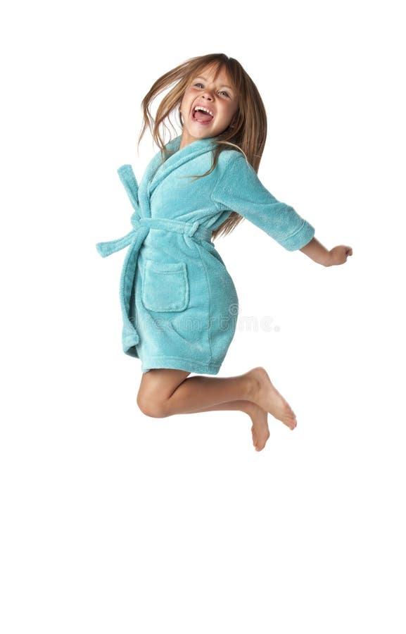 Kleines Mädchen springen für Freude lizenzfreie stockfotografie
