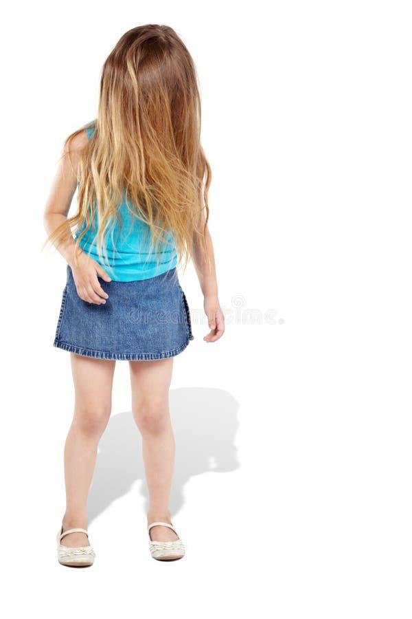 Kleines Mädchen steht und ihr Haar deckt Gesicht ab stockfoto