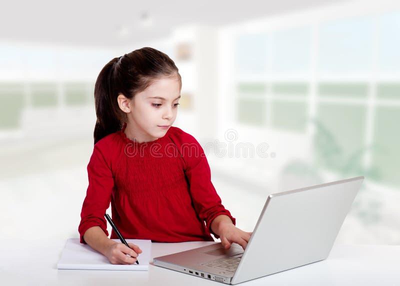 Kleines Mädchen studyng lizenzfreie stockfotografie