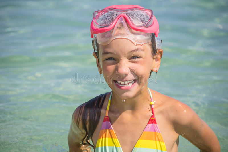 Kleines Mädchen tauchte in der Tauchmaske auf lizenzfreie stockfotos