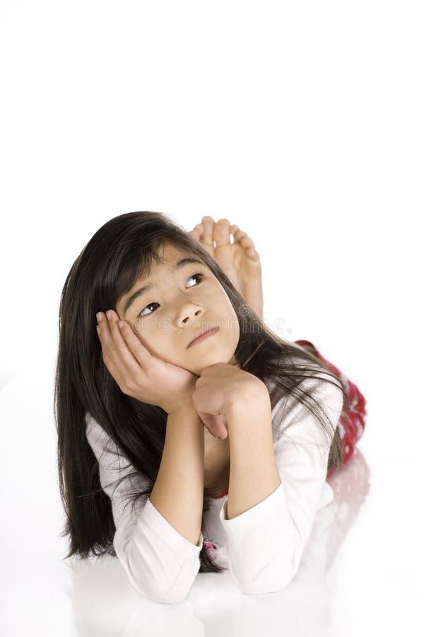 Kleines Mädchen tief im Gedanken stockfotos