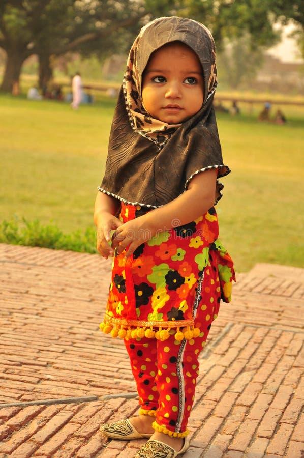 Kleines Mädchen tragendes hijab stockfoto