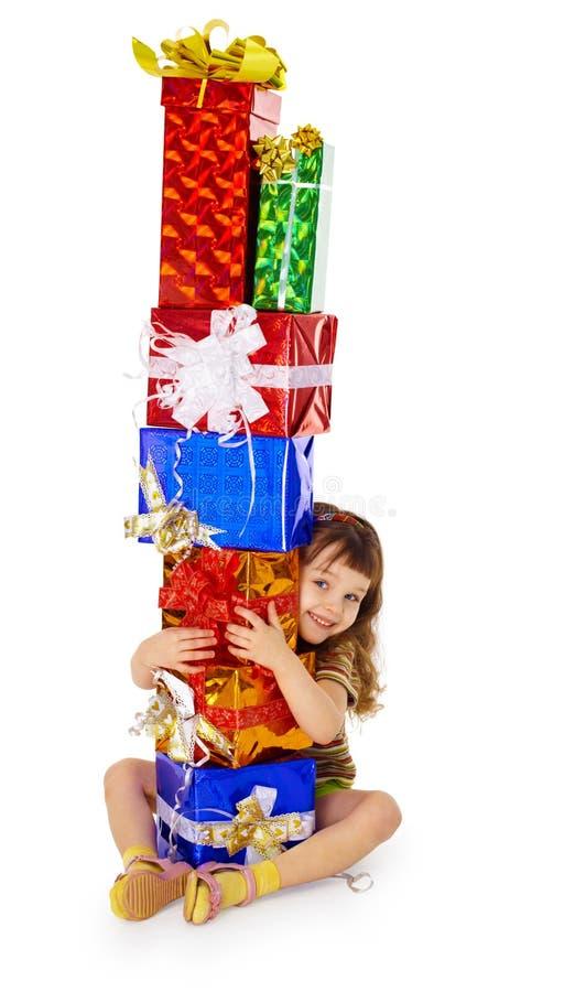 Kleines Mädchen umarmt Geburtstaggeschenke stockfotografie
