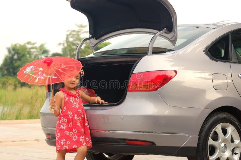 Kleines Mädchen und Auto stockfotos