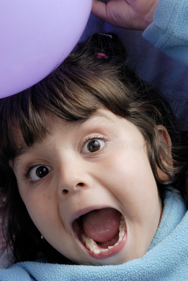 kleines Mädchen und Ballone stockfoto