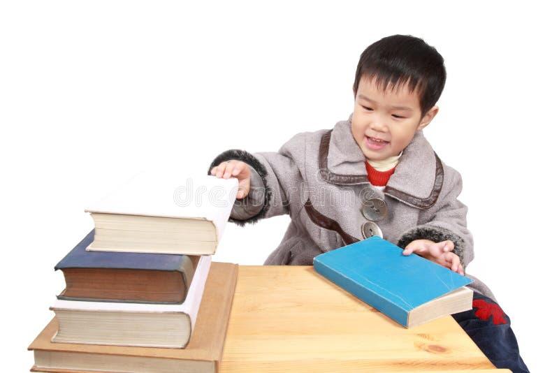Kleines Mädchen und Buch lizenzfreie stockfotos