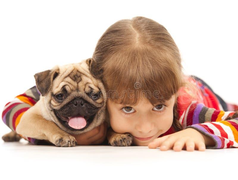 Kleines Mädchen und der Pug-Hund stockfoto