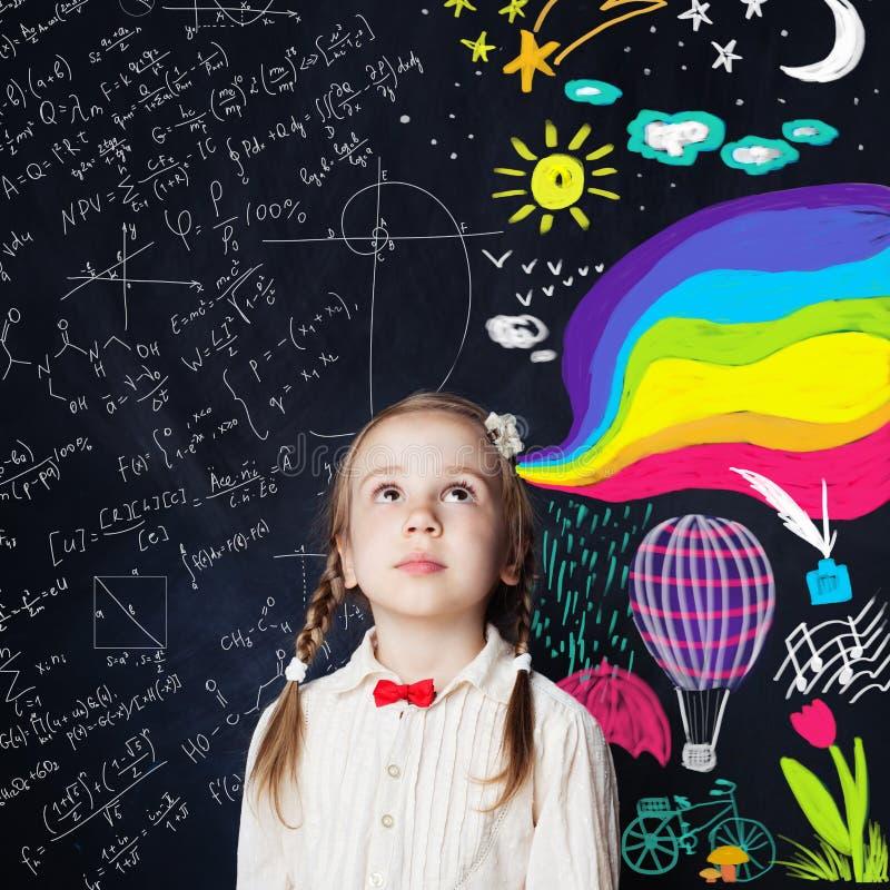 Kleines Mädchen und große Welt Kind entdeckt die Welt lizenzfreie stockfotos