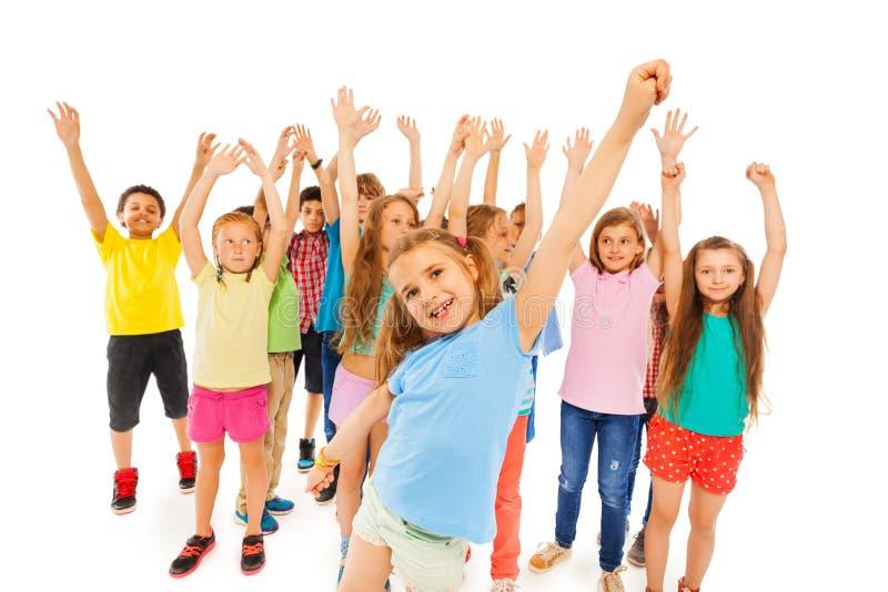 Kleines Mädchen und Gruppe Kinder in der Rückseite stockfoto