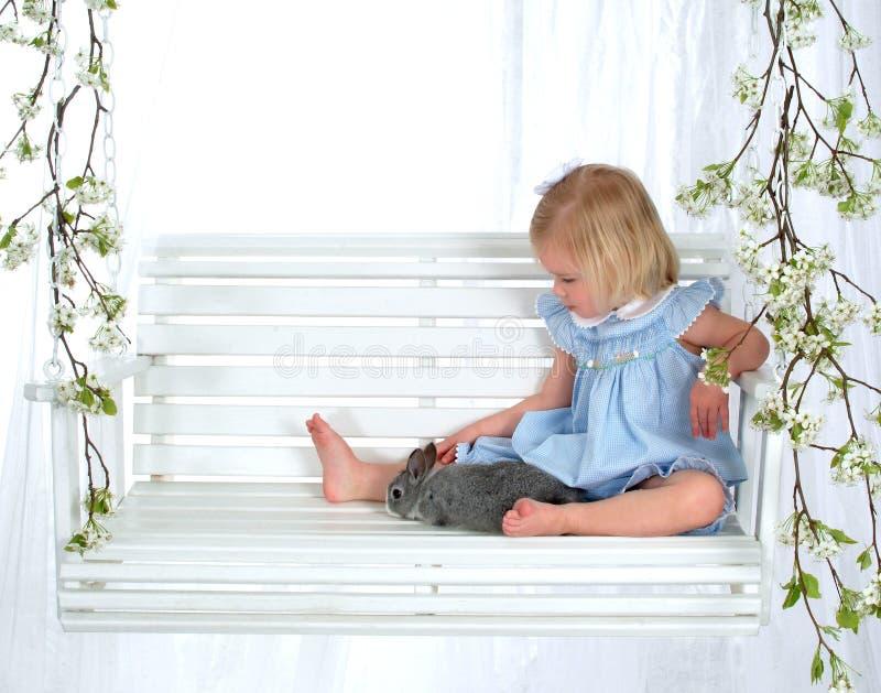 Kleines Mädchen und Häschen auf Schwingen stockbilder