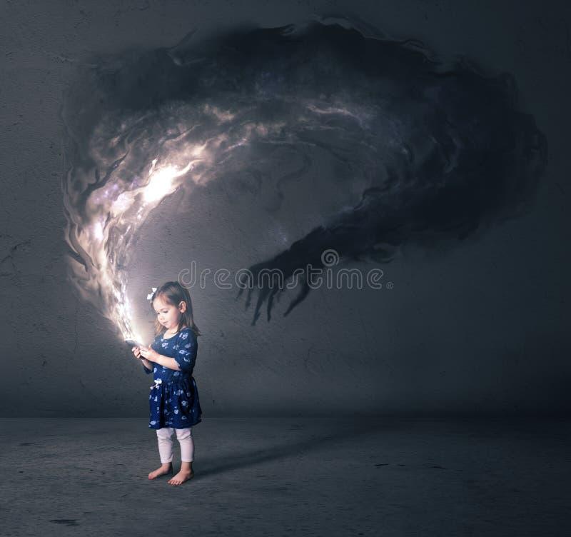 Kleines Mädchen und Handy lizenzfreies stockfoto