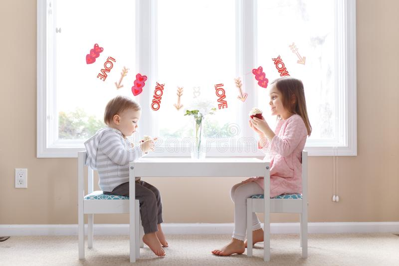 Kleines Mädchen und Junge des netten Valentinstags lizenzfreies stockfoto