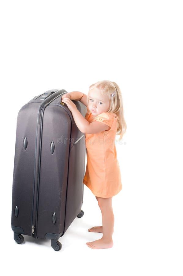 Kleines Mädchen und Koffer im Studio lizenzfreies stockbild