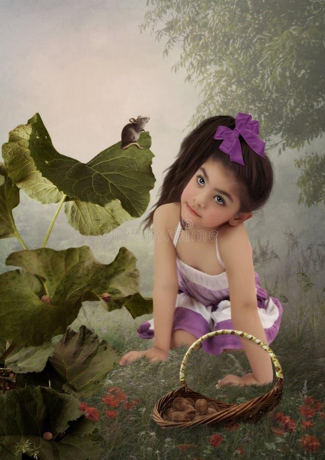 Kleines Mädchen und Maus im Wald stockfoto