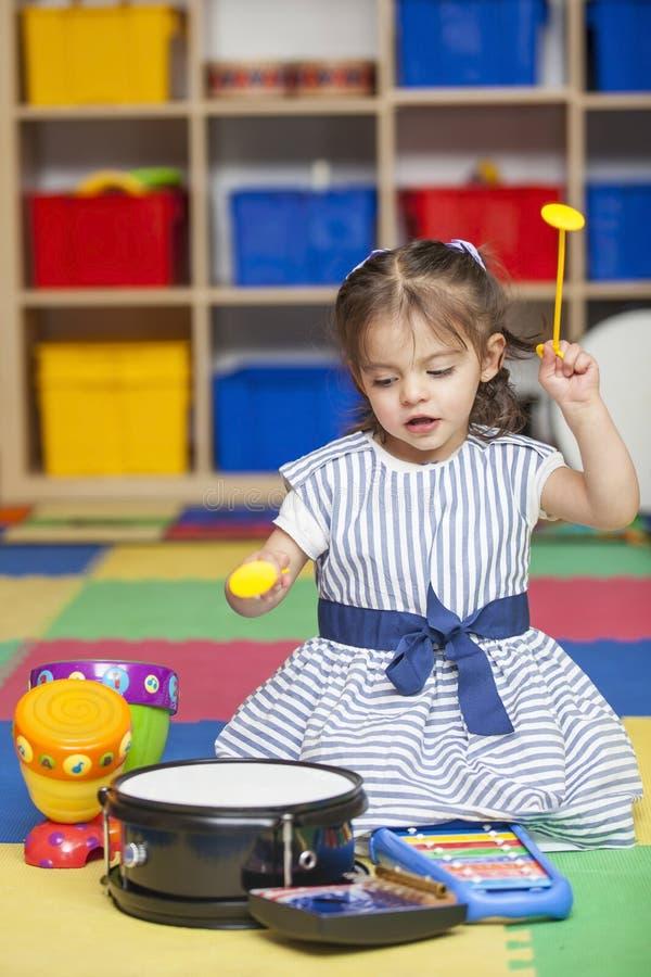 Kleines Mädchen und Musikinstrumente stockfotografie