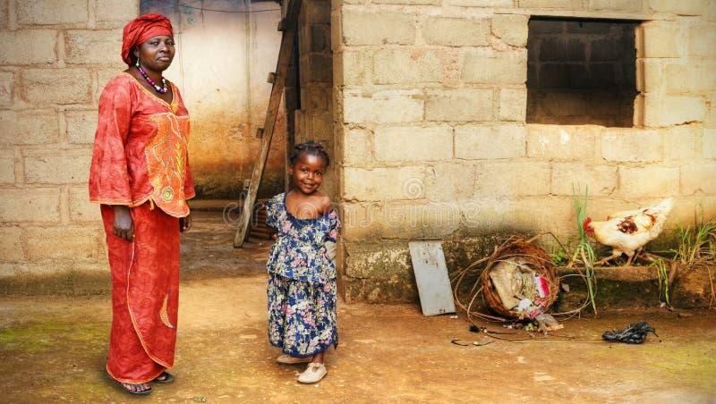 Kleines Mädchen und Mutter des Schwarzafrikaners lizenzfreies stockfoto