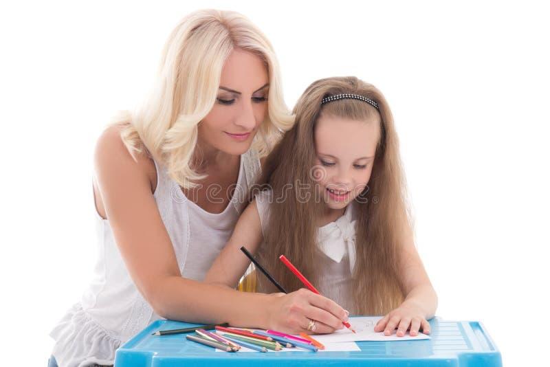Kleines Mädchen und Mutter, die zusammen unter Verwendung Farbbleistiftisolators zeichnet lizenzfreie stockfotos