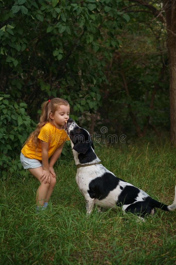 Kleines Mädchen und nicht reinrassiger Hund draußen lizenzfreie stockfotografie