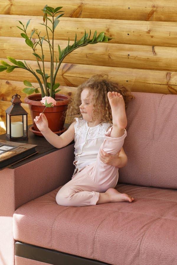 Kleines Mädchen und rosafarbene Blume lizenzfreie stockfotografie