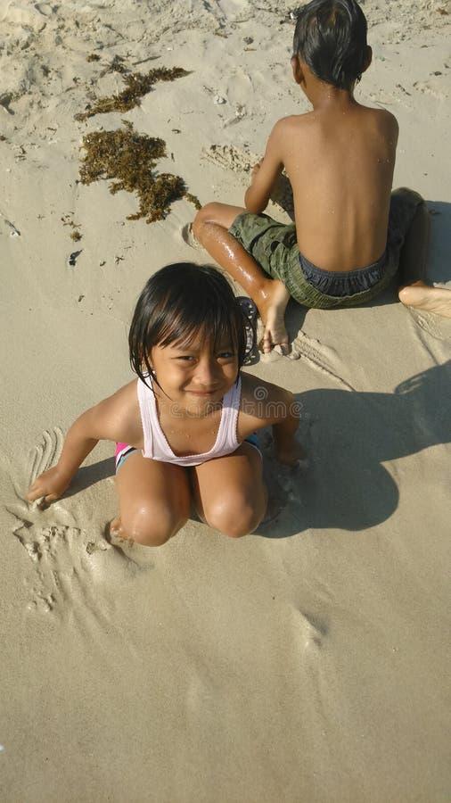 Kleines Mädchen und Sand lizenzfreies stockbild