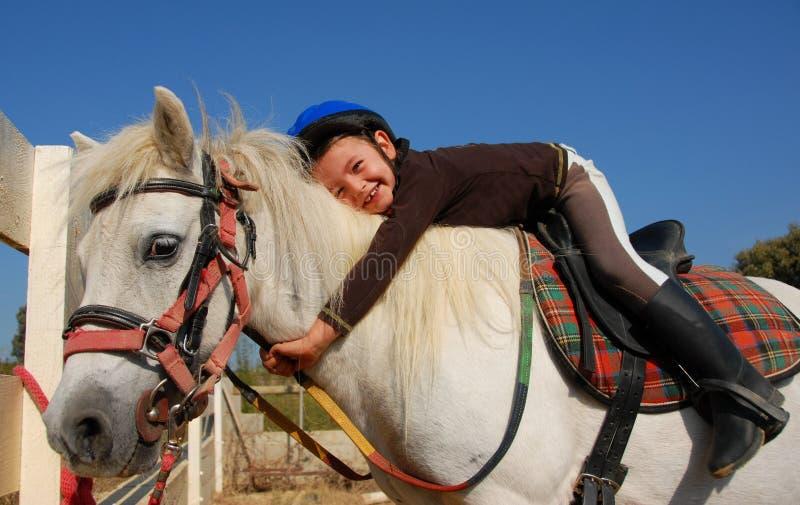 Kleines Mädchen und Shetland-Pony stockbilder