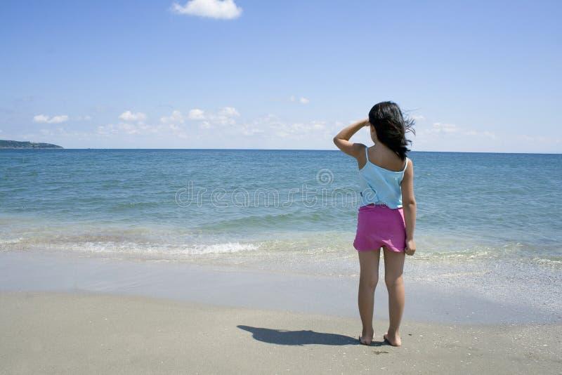 Kleines Mädchen und Strand lizenzfreies stockbild