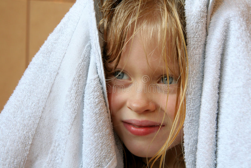 Kleines Mädchen und Tuch lizenzfreie stockfotografie