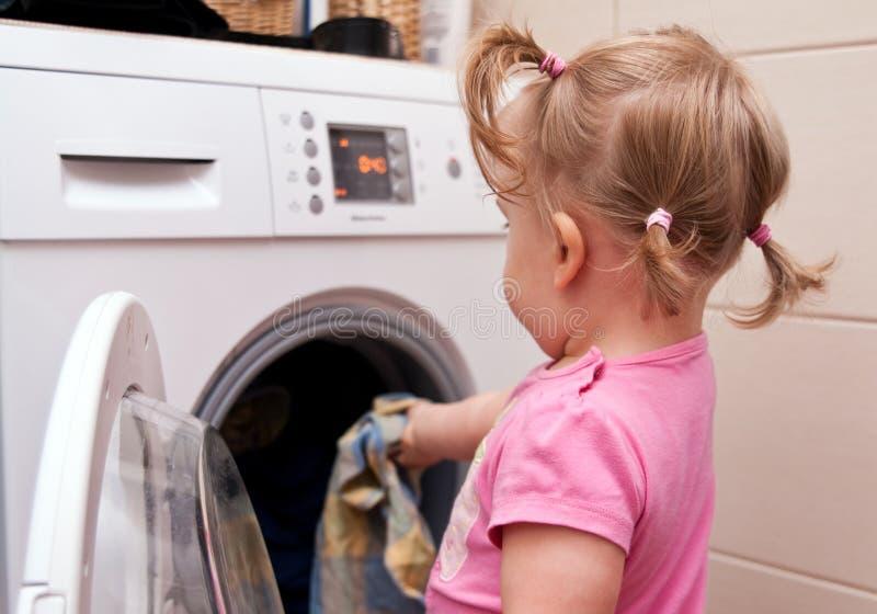 Kleines Mädchen und Wäscherei lizenzfreie stockfotografie