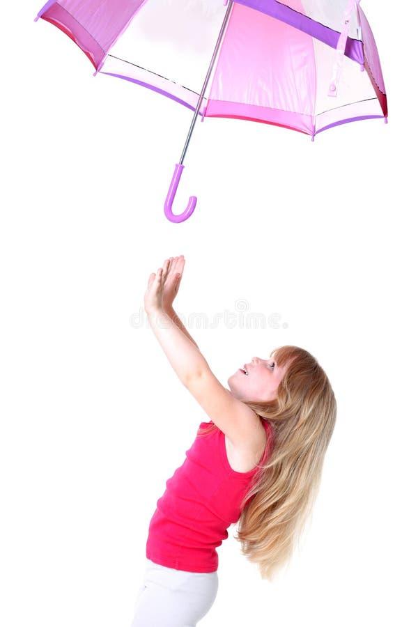 Kleines Mädchen unter Flugwesenregenschirm stockfotografie